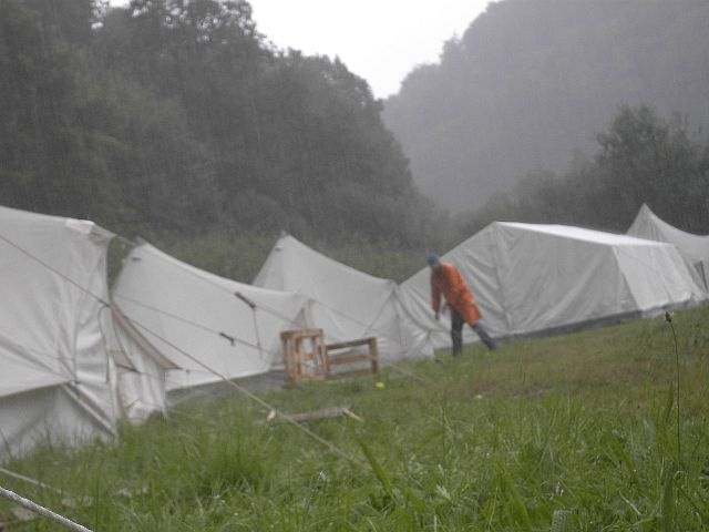 Der starke Regen hindert nicht das technische Team daran, die Zelte zu überprüfen, diese zu schliessen falls offen, die Seile nach zu spannen, wenn sie locker sind. Die kleine Piraten sind zu dieser Zeit in der grössten Kajüte und lassen es sich gut gehen.