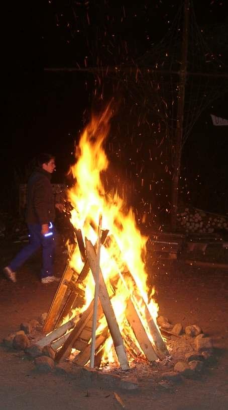 Und abends ein großes Feuer - denn es ist soooo kalt!